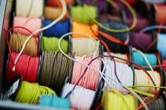 Катышкы с веревочкой других цветов для шить или производить на рынке Стоковая Фотография