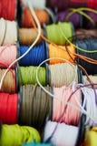 Катышкы с веревочкой других цветов для шить или производить на рынке Стоковое фото RF
