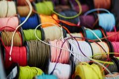 Катышкы с веревочкой других цветов для шить или производить на рынке Стоковые Фото