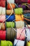 Катышкы с веревочкой других цветов для шить или производить на рынке Стоковое Изображение