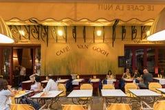 Кафе ван Гог на Месте du Форуме в Arles Франция Провансаль Это такая же терраса кафа которую Винсент ван Гог покрасил в 1888 стоковое изображение