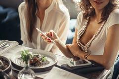 Кафе 2 европейское женщин, говорящ, смеющся над и наслаждающся их время Стоковые Изображения RF