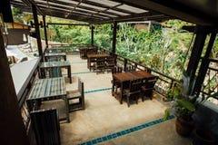 Кафе лета внутри под открытым небом с винтажной деревянной мебелью на саде зеленого цвета предпосылки Стоковая Фотография RF