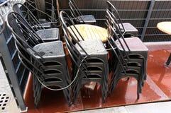 Кафе закрыто, стулья сложено стоковое фото