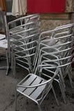 Кафе закрыто, стулья сложено стоковые изображения rf