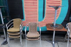 Кафе закрыто, стулья сложено стоковые изображения