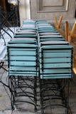 Кафе закрыто, стулья сложено стоковая фотография rf