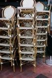 Кафе закрыто, стулья сложено стоковые фото