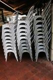Кафе закрыто, стулья сложено стоковое изображение rf