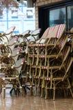 Кафе закрыто, стулья сложено стоковые фотографии rf