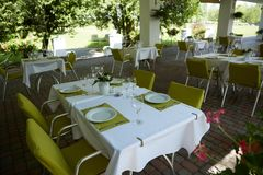 Кафе лета террасы с таблицами и стульями для людей, пустым заведением для воссоздания, никто стоковое изображение