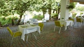 Кафе лета террасы с таблицами и стульями для людей, пустым заведением для воссоздания, никто стоковые фото