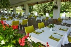 Кафе лета террасы с таблицами и стульями для людей, пустым заведением для воссоздания, никто стоковая фотография