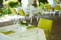 Кафе лета террасы с таблицами и стульями для людей, пустым заведением для воссоздания, никто стоковые изображения