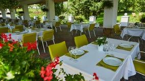 Кафе лета террасы с таблицами и стульями для людей, пустым заведением для воссоздания, никто стоковая фотография rf