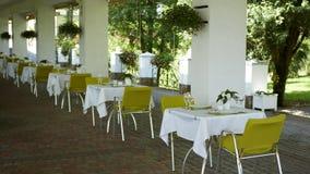Кафе лета террасы с таблицами и стульями для людей, пустым заведением для воссоздания, никто стоковые изображения rf