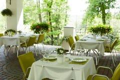Кафе лета террасы с таблицами и стульями для людей, пустым заведением для воссоздания, никто стоковое фото