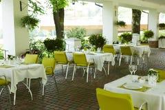 Кафе лета террасы с таблицами и стульями для людей, пустым заведением для воссоздания, никто стоковое изображение rf