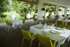 Кафе лета террасы с таблицами и стульями для людей, пустым заведением для воссоздания, никто стоковые фотографии rf