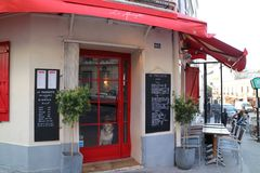 Кафе Парижа и собака Стоковые Фотографии RF
