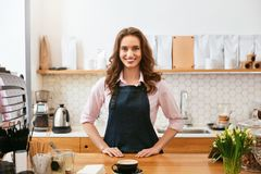 Кафе Портрет женского Barista работая в кофейне стоковые фотографии rf