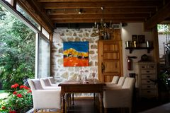 кафе предводительствует пустые нутряные таблицы номера Софы и деревянный стол на запачканной предпосылке ресторана Концепция инте стоковая фотография rf