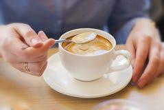Кафе, таблица, женщина, чашка кофе (высококачественная) Стоковые Изображения RF