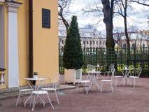 Кафе улицы в парке в предыдущей весне в апреле в pe St Стоковые Фотографии RF