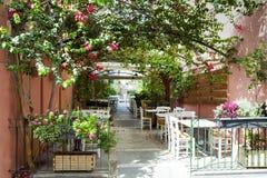 Кафе улицы в старых улицах острова Крита, Греции яркий день солнечный стоковое изображение rf