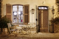 Кафе улицы в St Tropez, Франции стоковое изображение