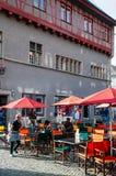 Кафе улицы и старые винтажные здания в городке Altstadt Цюрих старом стоковые фото
