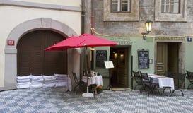 Кафе улицы в Праге во время потоков Стоковое фото RF
