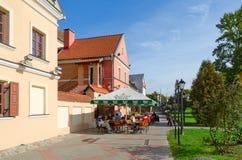 Кафе улицы в пригороде троицы, Минске, Беларуси стоковые фото