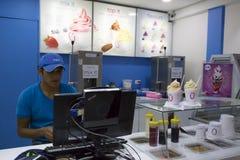 Кафе фаст-фуда с мороженым югурта в Боливии стоковое фото