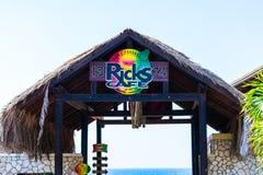 Кафе Ricks, известный бар спорт и ресторан на скалах Уэст Энда Negril в Westmoreland, Ямайке стоковые фотографии rf