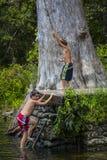 Качание веревочки братьев - река Wacissa, FL Стоковые Изображения RF