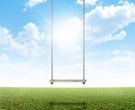 Качание веревочки на зеленом поле Стоковые Изображения RF