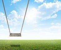 Качание веревочки на зеленом поле Стоковая Фотография