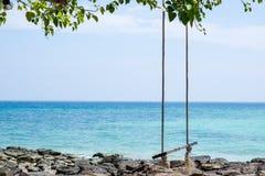 Качание веревочки на пляже Стоковое фото RF