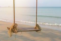 Качание веревочки под деревом на пляже океана Стоковое Изображение