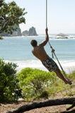 качание веревочки человека Стоковая Фотография RF
