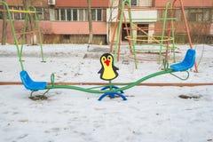 Качание в спортивной площадке ` s детей Стоковое Фото