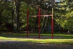 качание детей высокое в парке города лета Стоковое Изображение RF