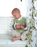 качание зайчика мальчика Стоковое фото RF