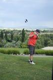 Качание игрока в гольф практикуя Стоковая Фотография
