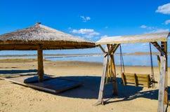 Качание и зонтик на тропическом пляже Стоковые Фото