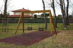 Качание 2-места в спортивной площадке для детей дети нет там место пусто и покинуто день грустен и g стоковые фотографии rf