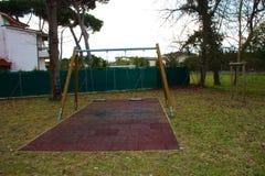 Качание 2-места в спортивной площадке для детей дети нет там место пусто и покинуто день грустен и g стоковое фото rf