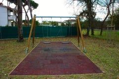 Качание 2-места в спортивной площадке для детей дети нет там место пусто и покинуто день грустен и g стоковые изображения
