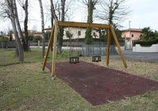 Качание 2-места в спортивной площадке для детей дети нет там место пусто и покинуто день грустен и g стоковые фото
